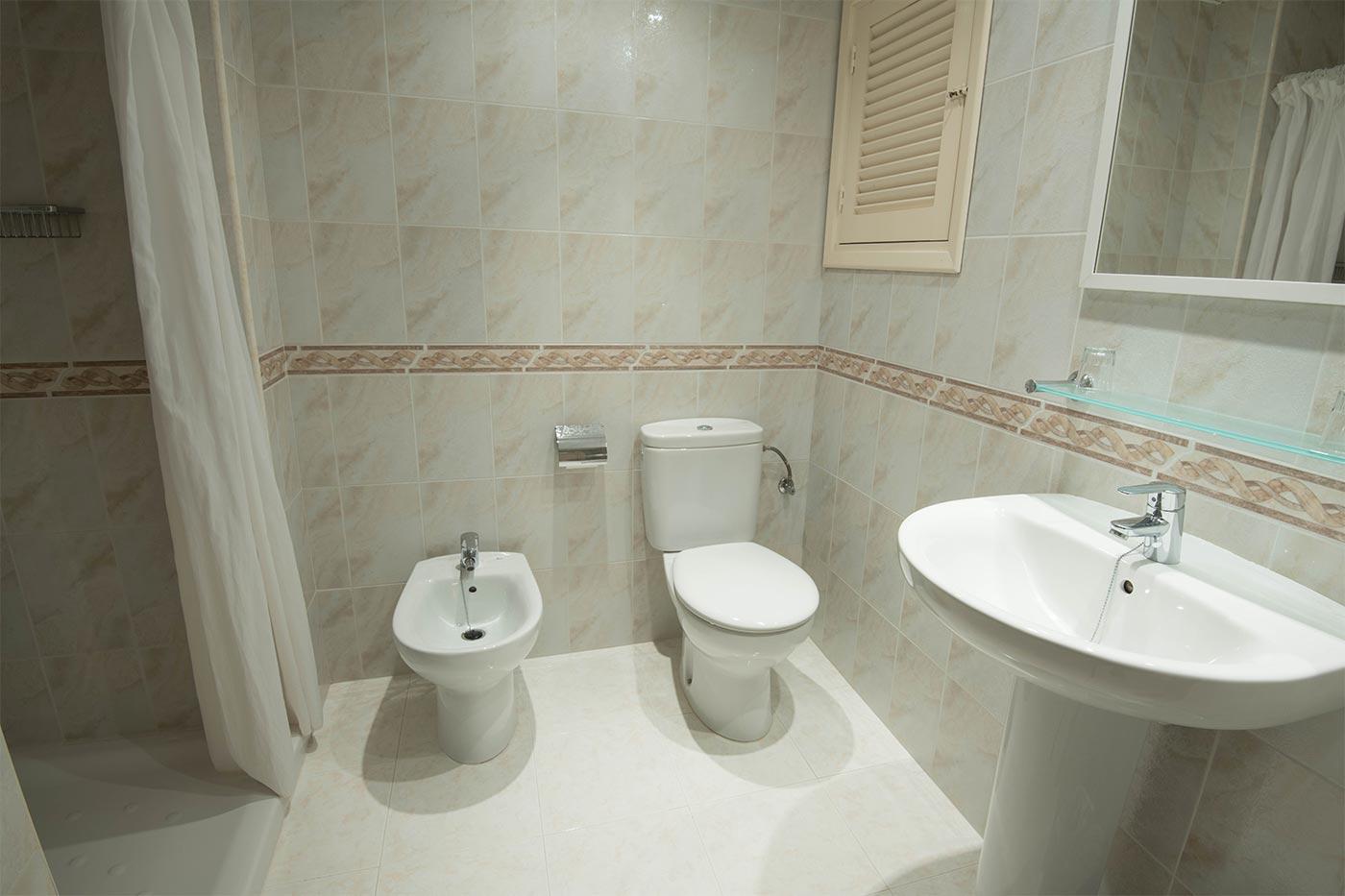 Cuarto de baño. Hostal Ibiza
